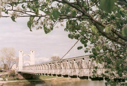 Historic Bridge in Waco (409w x 276h, 31 KB)
