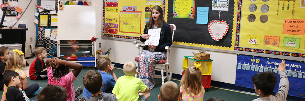 Undergraduate senior intern teaching kindergarten