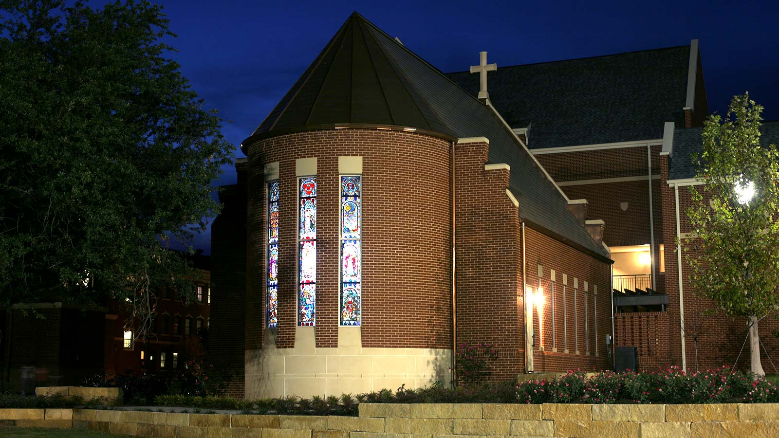The beautiful Robbins Chapel sits in the Brooks Village between Brooks College and Brooks Flats. The chapel serves the Brooks community as a place to gather for prayer, service, and quiet contemplation.
