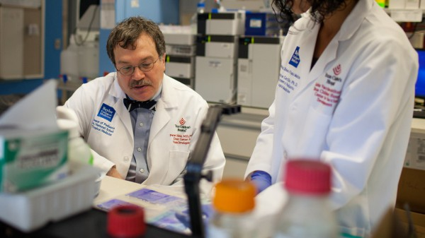 Photo of Dr. Peter Hotez in lab