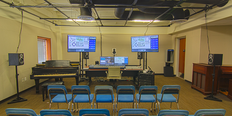 A musical evaluation classroom is set with screens and digital gauges